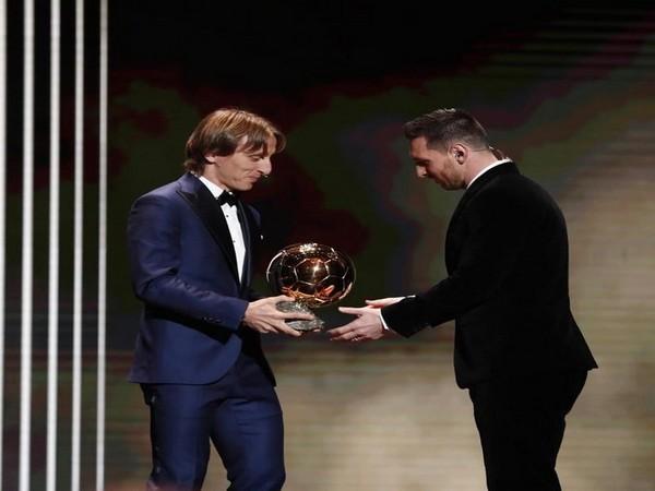 Luka Modric hands Lionel Messi Ballon d'Or award (Photo/ Luka Modric Twitter)